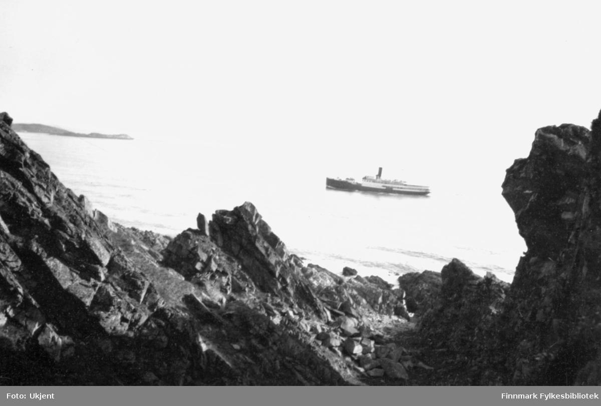 Dette er dampskip og hurtigrute D/S Sanct Svithun. Den ble levert rederiet 1927 og senket ved Stad 30. sept. 1943. MS Sanct Svithun ble levert rederiet i 1950 og den forliste litt sør for Rørvik i oktober 1962.