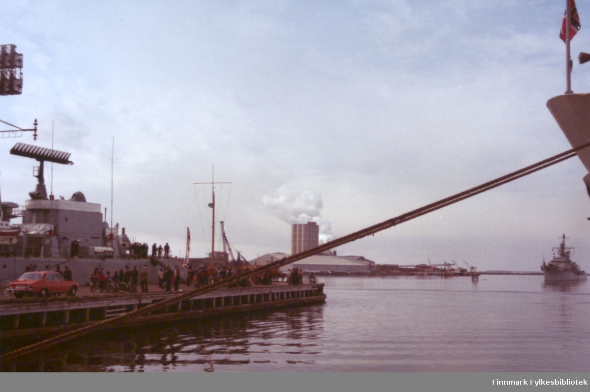 """Tidlig på morgenen 17. mai 1978 var både den engelske og norske marine på plass ved Dampskipskaia i Vadsø. Inn havna kommer den norske jageren KNM """"Stavanger"""" sigende. Foto: Per Bjørgan."""