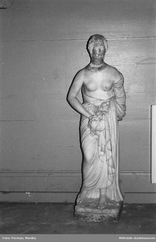 """Marmorskulptur """" Våren"""" av Gioacchino Frulli (1766-1801). Dokumentation av anläggande av spelplaner på Gunnebo 1992-1993."""