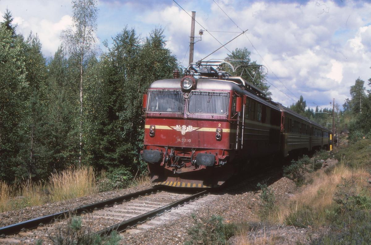 Ekspresstog 62 Bergen - Oslo ved Snippen på Gjøvikbanen. NSB elektrisk lokomotiv El 14 2200 og vogner type 5.