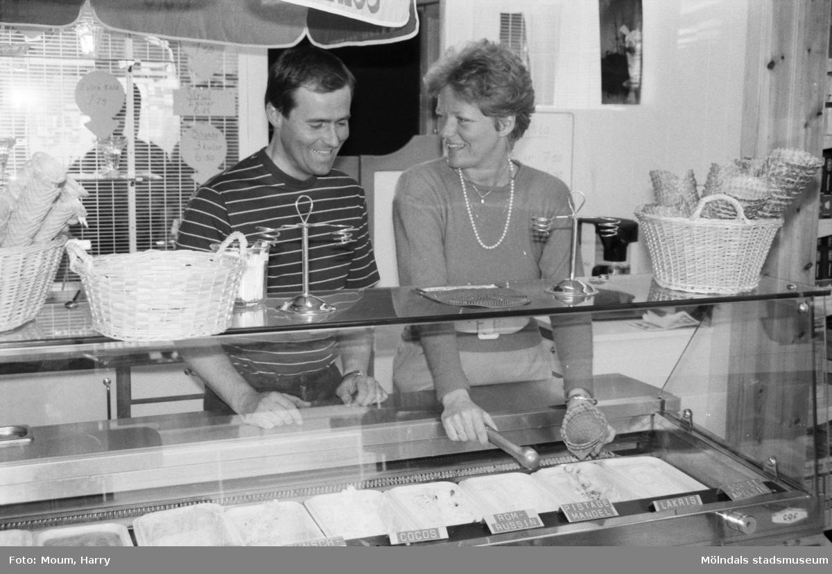 """Centrum-Frukt i Kållered breddar sitt sortiment, år 1985. """"Nu skall Eva och Göran Bengtsson bredda sitt sortiment.""""  För mer information om bilden se under tilläggsinformation."""