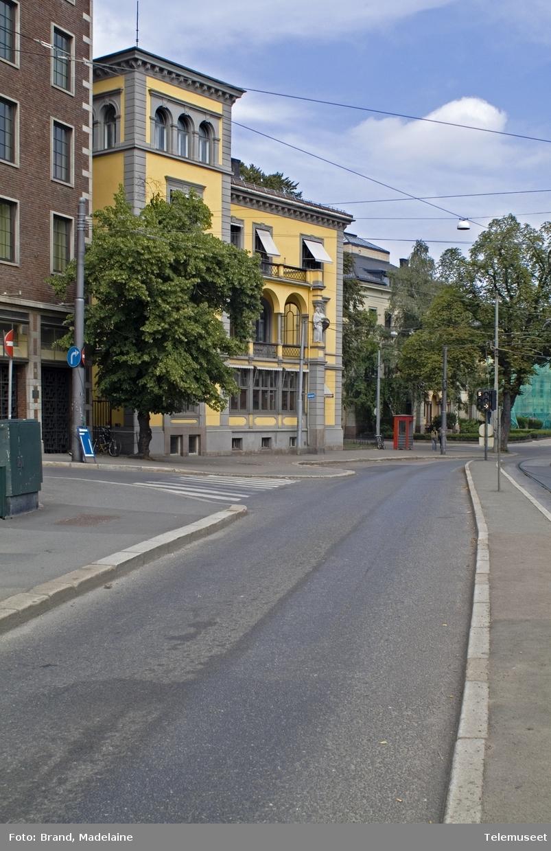 Kiosken står i krysset Inkognitogata/Henrik Ibsens gate. De røde telefonkioskene ble laget av hovedverkstedet til Telenor (Telegrafverket, Televerket) Målene er så å si uforandret.  Vi har dessverre ikke hatt kapasitet til å gjøre grundige mål av hver enkelt kiosk som er vernet.  Blant annet er vekten og høyden på døra endret fra tegningene til hovedverkstedet fra 1933. Målene fra 1933 var: Høyde 2500 mm + sokkel på ca 70 mm Grunnflate 1000x1000 mm. Vekt 850 kg. Mange av oss har minner knyttet til den lille røde bygningen. Historien om telefonkiosken er på mange måter historien om oss.  Derfor ble 100 av de røde telefonkioskene rundt om i landet vernet i 1997. Dette er en av dem.