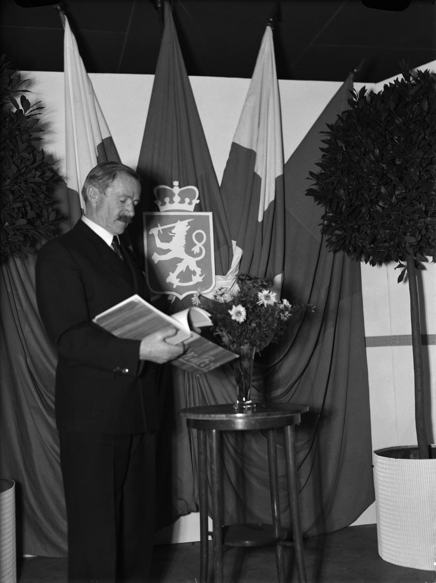 """""""Finska invalidarbeten på Upsalautställning"""" - landshövding Sigfrid Linnér invigningstalar, AB Wolrath & Co:s utställningshall, Uppsala december 1942"""