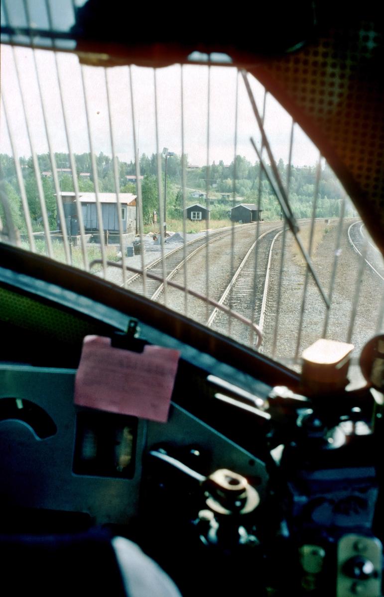 Et tomt malmtog kjører inn på Storforshei stasjon, sett fra lokomotivet (Di 3 620). Toget skal bakkes opp i tunnelen til siloen og lastes hos Rana Gruber.