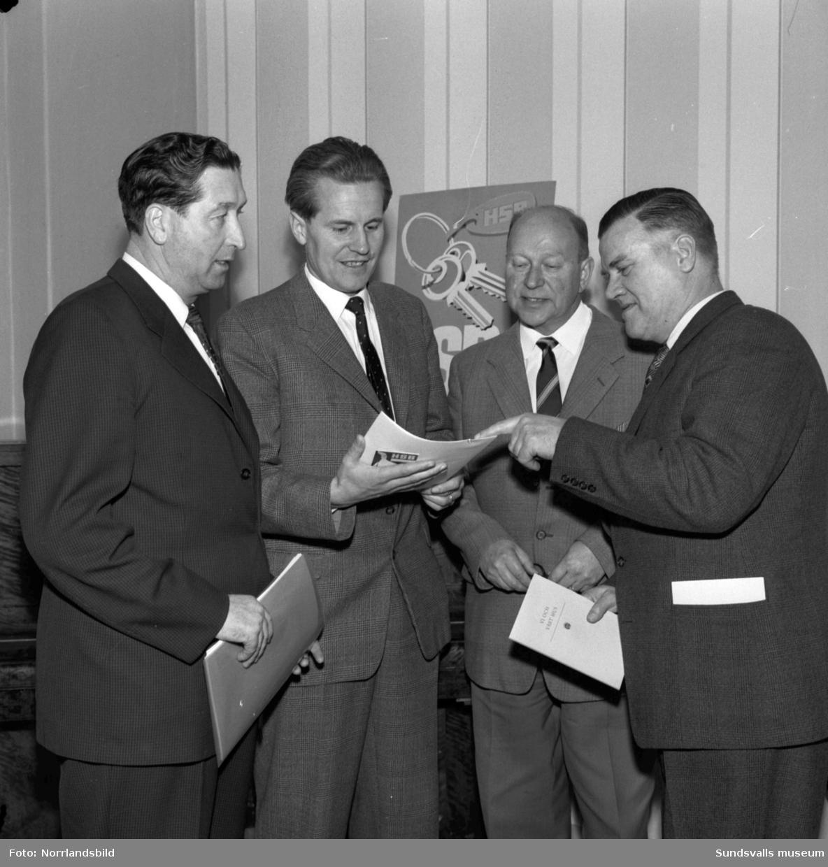 Fyra herrar på HSB-möte på W6.