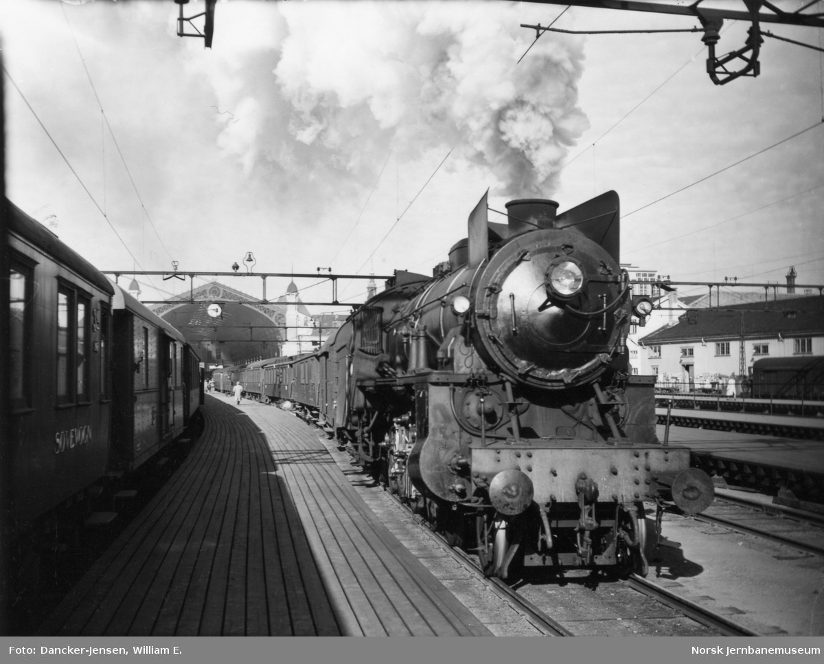 Damplokomotiv type 31b foran tog 601 på Østbanestasjonen