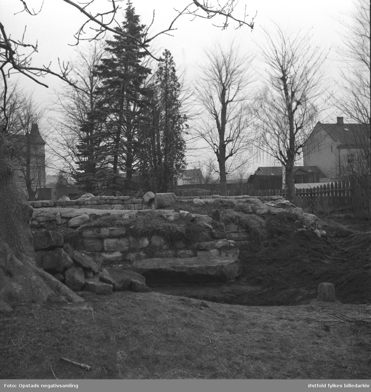 Skjelettfunn i St. Nikolas kirkeruin, i Sarpsborg. Ant. 1960-åra.