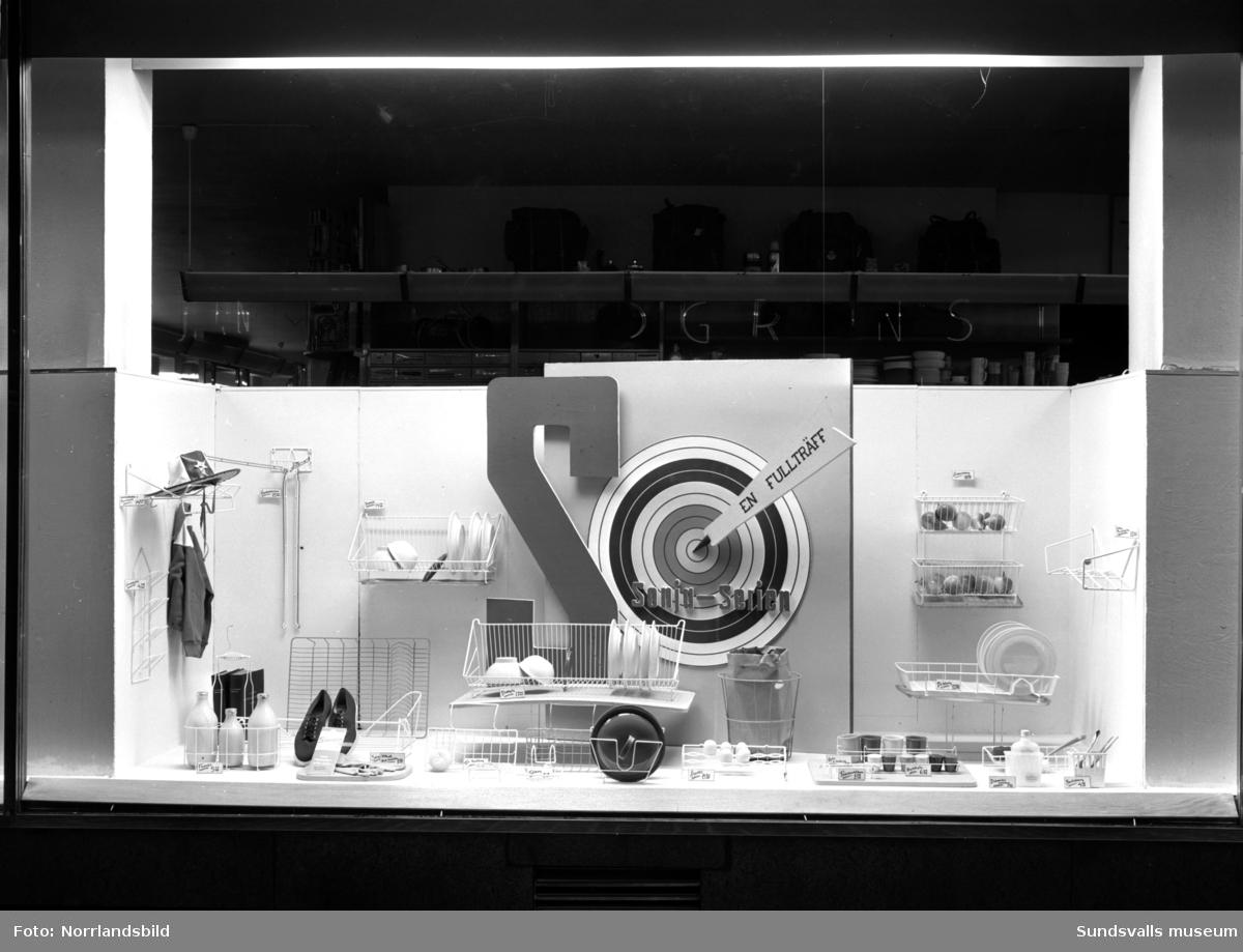 Skyltfönster hos Lindgrens järnhandel. Sonja-serien med diskställ, förvaring med mera.