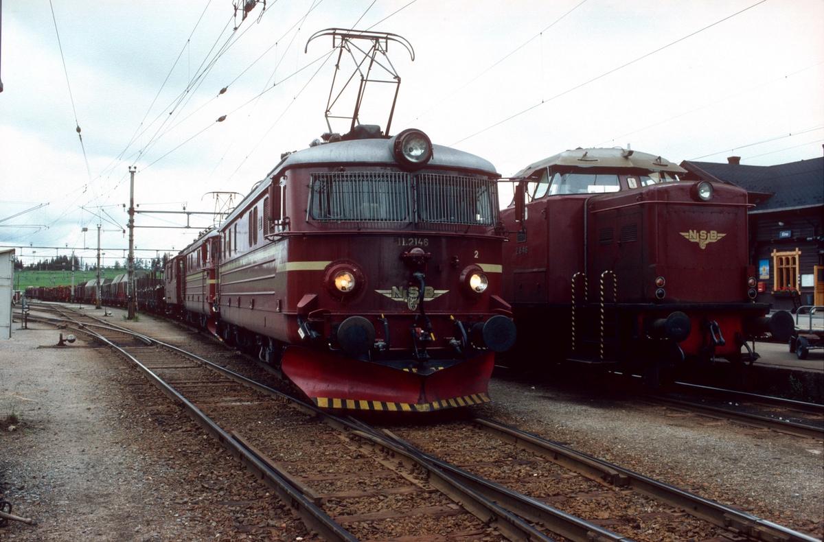 NSB godstog 5174 (Eina - Roa) i Eina med to elektriske lokomotiver type El 11. Til høyre skiftelok type Di 2 med tog fra Reinsvoll (Skreia).