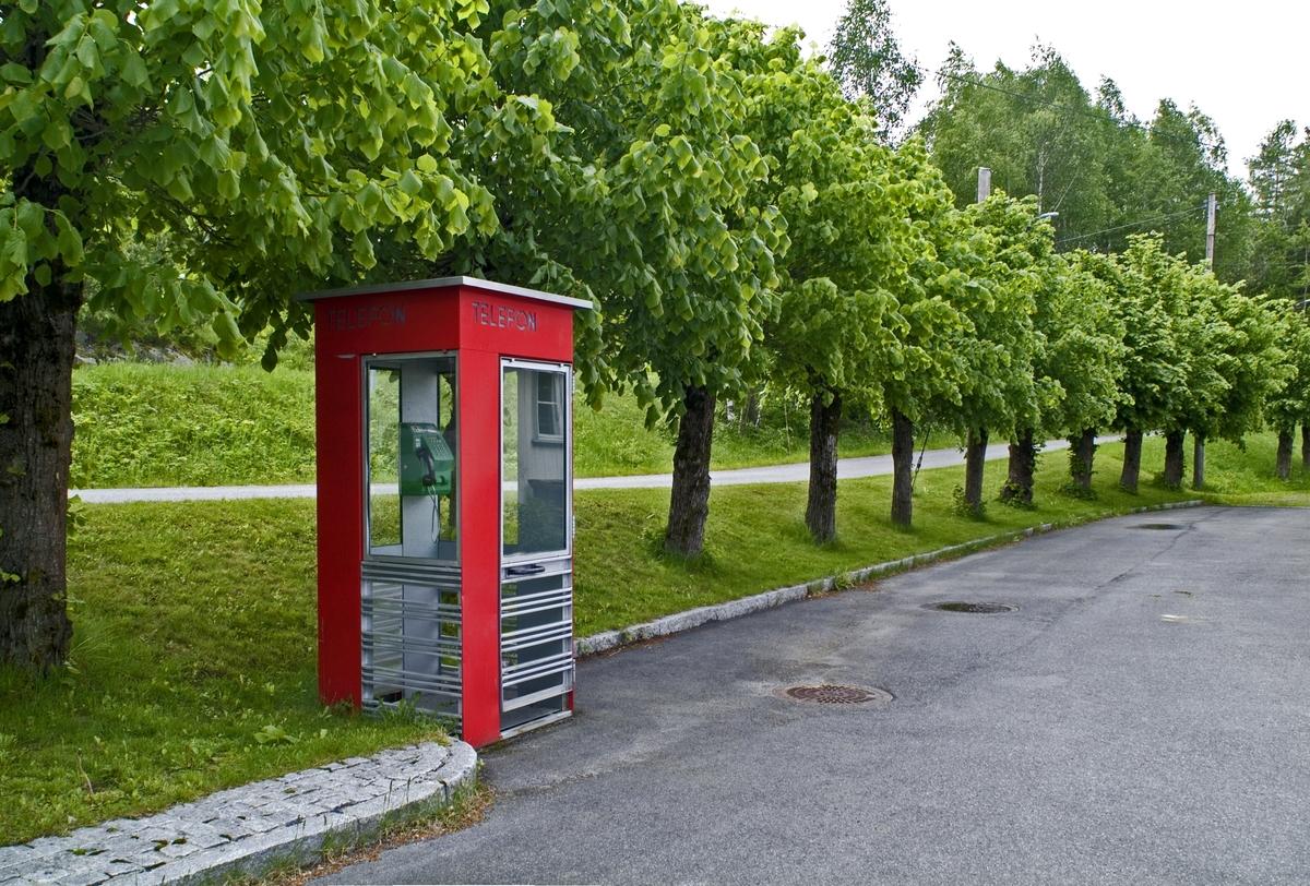 Denne telefonkiosken, som står ved Gjerstad stasjon, er en av de 100 vernede telefonkioskene i Norge. De røde telefonkioskene ble laget av hovedverkstedet til Telenor (Telegrafverket, Televerket). Målene er så å si uforandret.  Vi har dessverre ikke hatt kapasitet til å gjøre grundige mål av hver enkelt kiosk som er vernet.  Blant annet er vekten og høyden på døra endret fra tegningene til hovedverkstedet fra 1933. Målene fra 1933 var: Høyde 2500 mm + sokkel på ca 70 mm Grunnflate 1000x1000 mm. Vekt 850 kg. Mange av oss har minner knyttet til den lille røde bygningen. Historien om telefonkiosken er på mange måter historien om oss.  Derfor ble 100 av de røde telefonkioskene rundt om i landet vernet i 1997. Dette er en av dem.