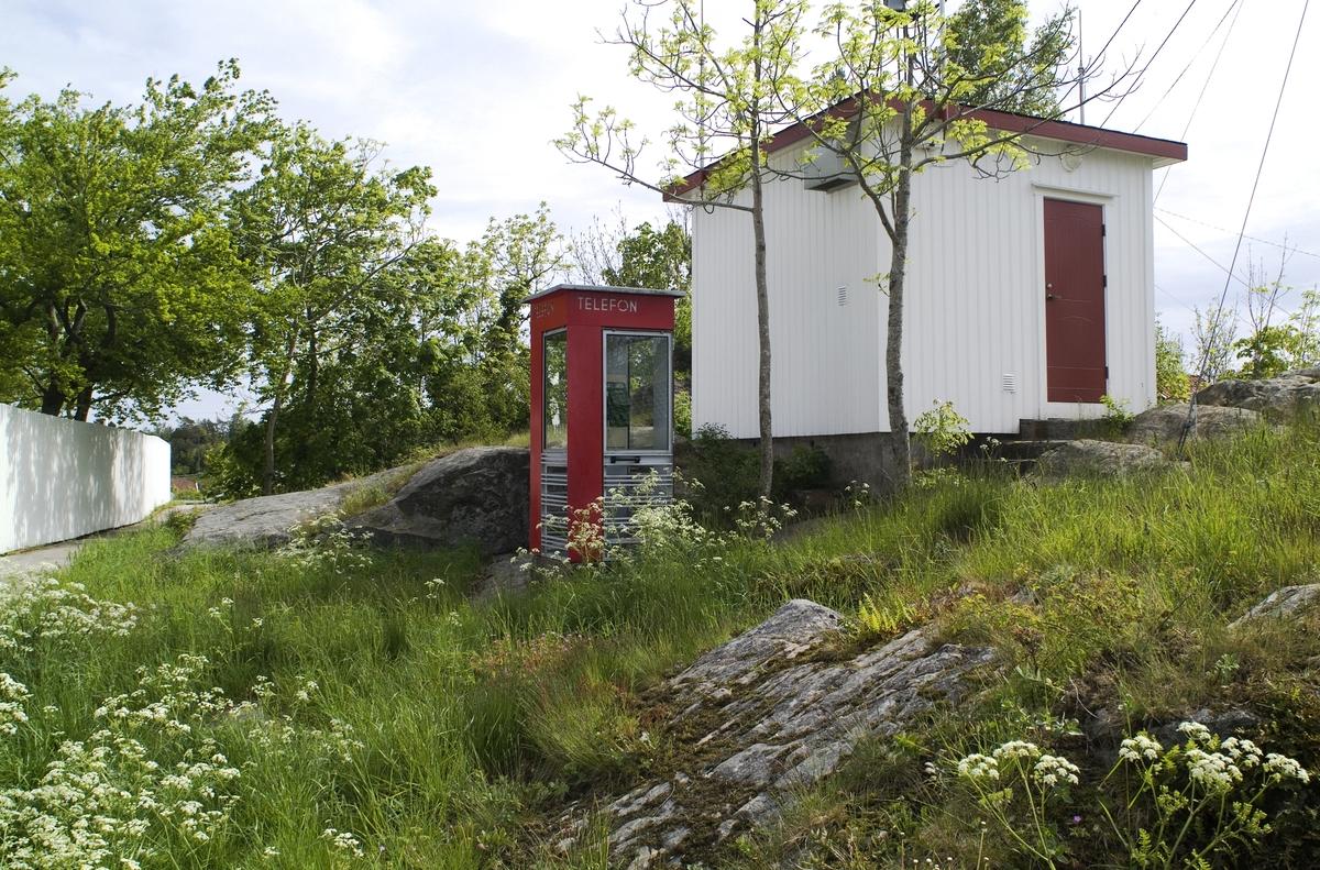 Denne telefonkiosken, som står i Ytre Lyngør, er en av de 100 vernede telefonkioskene i Norge. De røde telefonkioskene ble laget av hovedverkstedet til Telenor (Telegrafverket, Televerket). Målene er så å si uforandret.  Vi har dessverre ikke hatt kapasitet til å gjøre grundige mål av hver enkelt kiosk som er vernet.  Blant annet er vekten og høyden på døra endret fra tegningene til hovedverkstedet fra 1933. Målene fra 1933 var: Høyde 2500 mm + sokkel på ca 70 mm Grunnflate 1000x1000 mm. Vekt 850 kg. Mange av oss har minner knyttet til den lille røde bygningen. Historien om telefonkiosken er på mange måter historien om oss.  Derfor ble 100 av de røde telefonkioskene rundt om i landet vernet i 1997. Dette er en av dem.