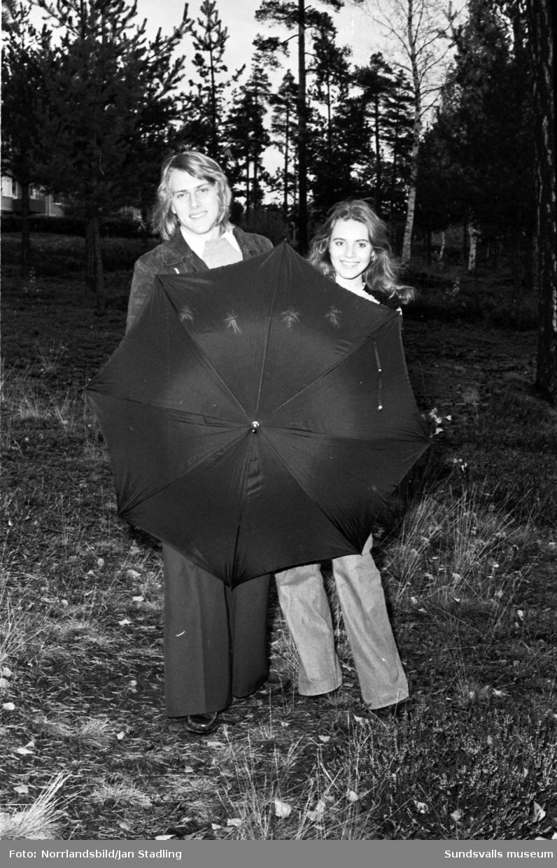 Reportagebilder för tidningen Läsvärt. Ungdomar som provar kläder och skor på ett varuhus. Bland annat de tidstypiska tajta och utsvängda gabardinbyxorna.