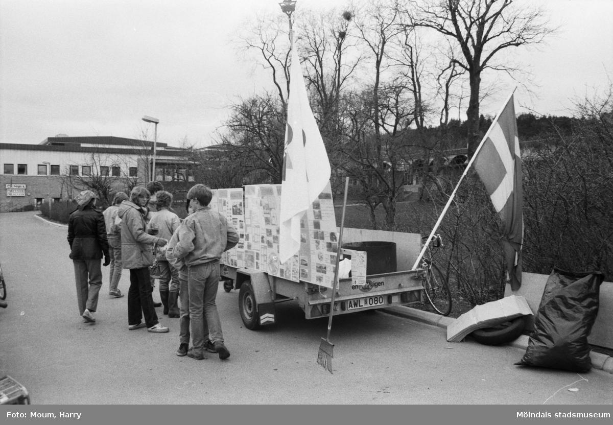 Annestorpsdalens scoutkår städar i Lindome centrum med angränsande områden, år 1985.  För mer information om bilden se under tilläggsinformation.