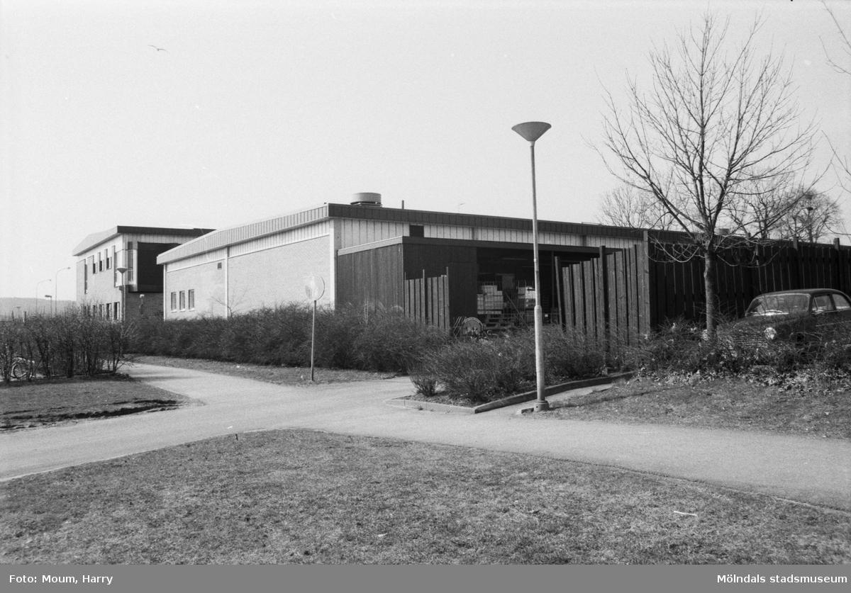 Livsmedelsbutiken Almåsboden i Lindome centrum, år 1985.  För mer information om bilden se under tilläggsinformation.