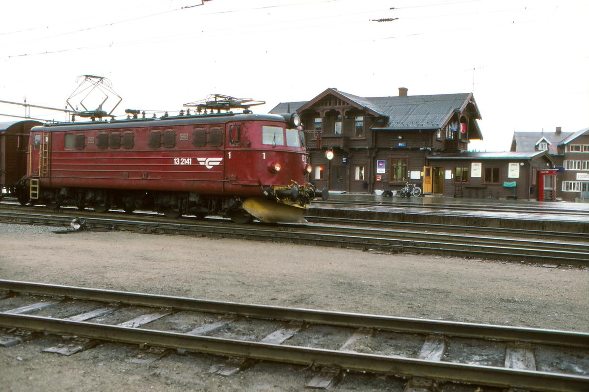 Roa stasjon. NSB godstog 5164 (Gjøvik Alnabru). Elektrisk lokomotiv El 13 2141.