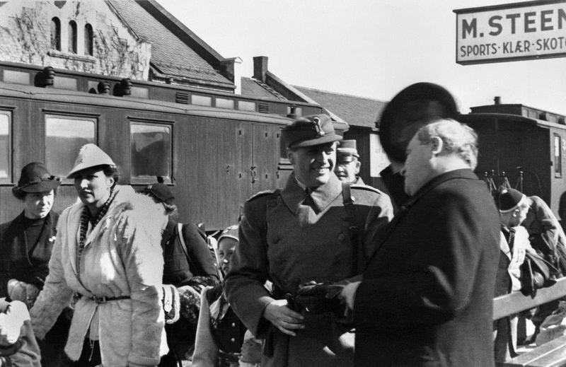 Kronprins Olav og kronprinsesse Märtha ved ankomsten til Hamar