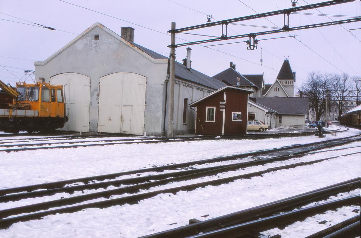 Lokomotivstall og vognvekt Halden stasjon. Vognvekten ble demontert 1990 og bevart av Norsk Jernbanemuseum. Levert av Pooley, H. & Son i 1878. Byggenr. 5925.