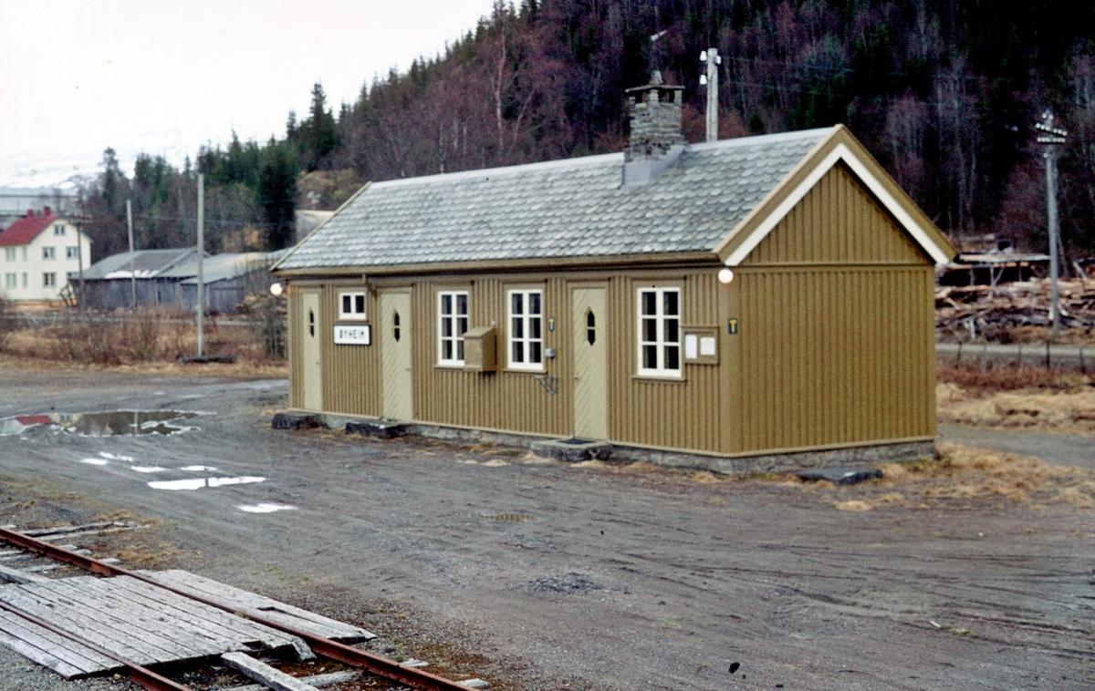 Øyheim stasjon, stasjonsbygning. Namsoslinjen. Bildet er tatt fra tog 484 (Namsos - Grong).
