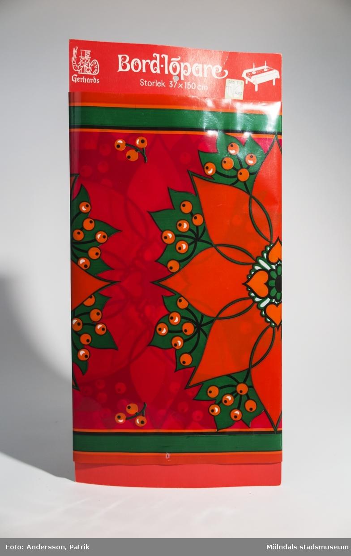 Blomstermönstrad bordslöpare i plast för julfirande.