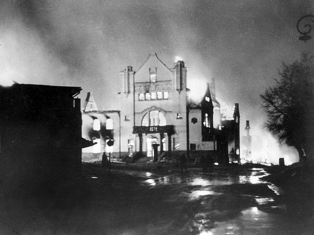 Elvarheim i flammer under bombingen.