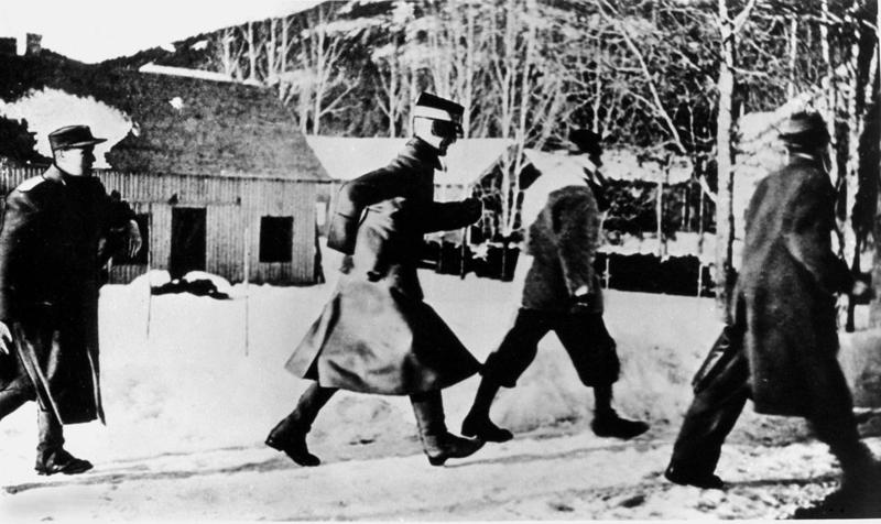 Kongen løper i dekning under bombingen i Nybergsund.