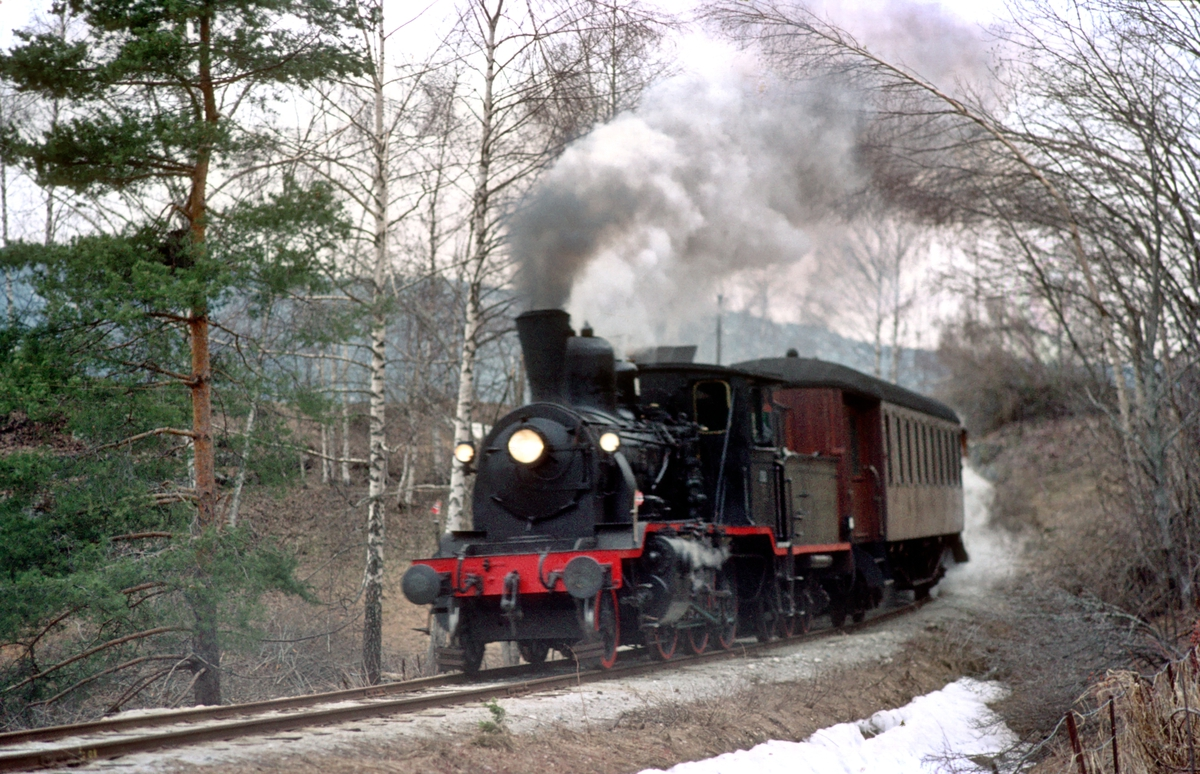 Veterantog Drammen - Krøderen med damplokomotiv 21b 252 nærmer seg Kløftefoss.