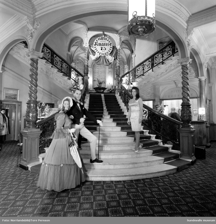 Hotel Knaust 75 år. På trappan står ett par i sekelskifteskläder.
