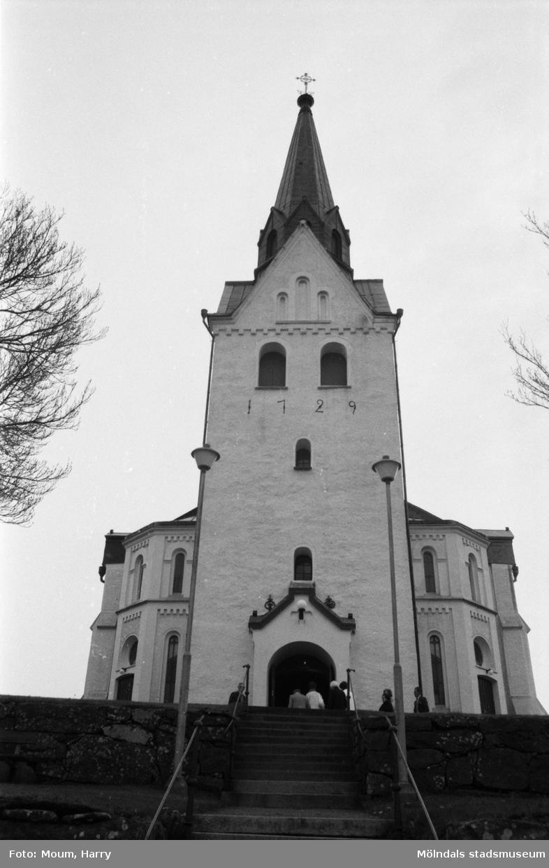 Lindome kyrka firar 100-årsjubileum, år 1985.  För mer information om bilden se under tilläggsinformation.