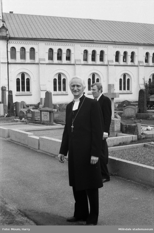 Lindome kyrka firar 100-årsjubileum, år 1985. Biskop Bertil E. Gärtner.  För mer information om bilden se under tilläggsinformation.