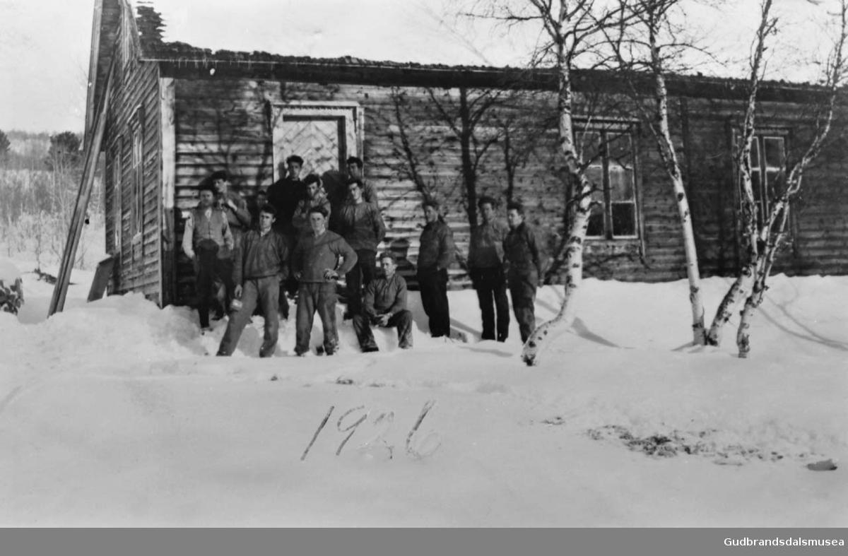 """Snekkerkurs på """"Samhold"""", rundt tolv personer samlet utendørs foran en bygning, det er vinter?"""