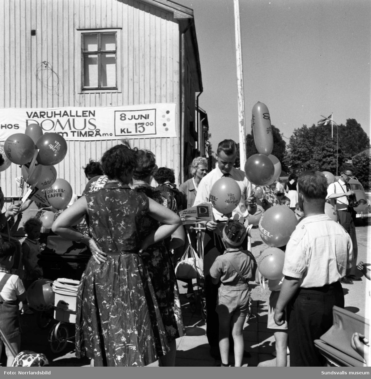 En stor bildserie från invigningen av Domus i Timrå. Exteriör- och interiörbilder med folkliv, högtidliga tal, kunder och personal.
