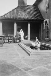 Wilhelm August Thams og en sykepleier.