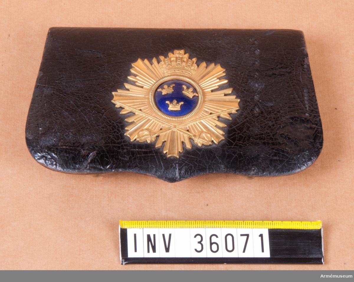 Grupp C I. Ur uniform för officer vid Skånska dragonregementet. Består av vapenrock, epåletter, långbyxor, paradskärp, kartuschväska, hjälm.