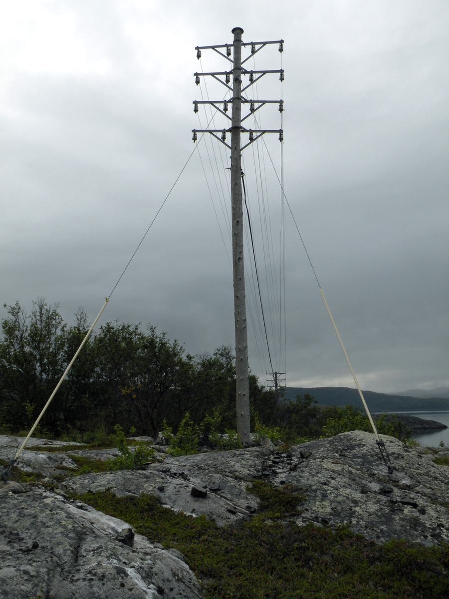 Ca 115 stolper, typisk rikskurs. Stolpelengden er tilpasset terrenget for å minske belastningen på stolpene. Det er brukt jern nr 3, og sannsynligvis 3,3 mm koppertråd. Kursen er fremdeles i bruk (2011). Kursen går mellom Vadsø og Alta, og stedet Landersfjord ligger ved Laksefjorden mellom Ifjord og Kunes.