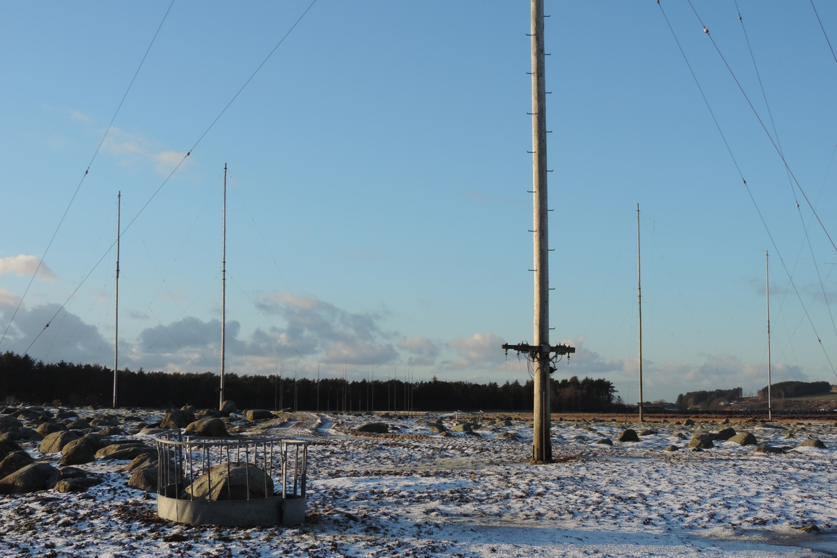 Mastene er knyttet til mottakerstasjonen for Rogaland radio. Anlegget består av 30 tremaster i formasjon. Mastene er rundt 20 meter høye og bærer retningsantenner for kortbølgemottakerne, såkalte rombeantenner. Anlegget står praktisk talt uendret siden etableringen i 1959.