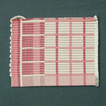 Prov till tablett i rosa och vitt, vävd i varprips. Vävsedel finns i pärm nr 201 Rips, sida 14.