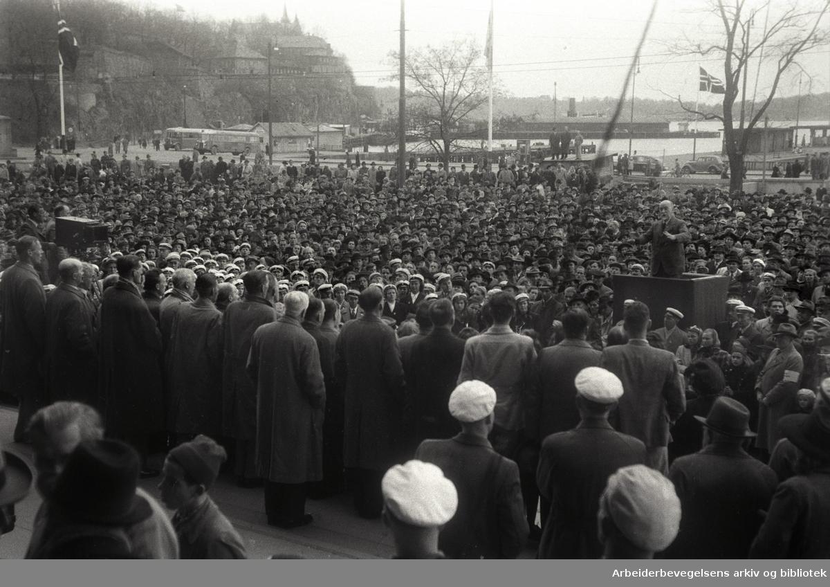 1. mai 1947, Johan Strøm fra Danmark taler på Rådhusplassen.
