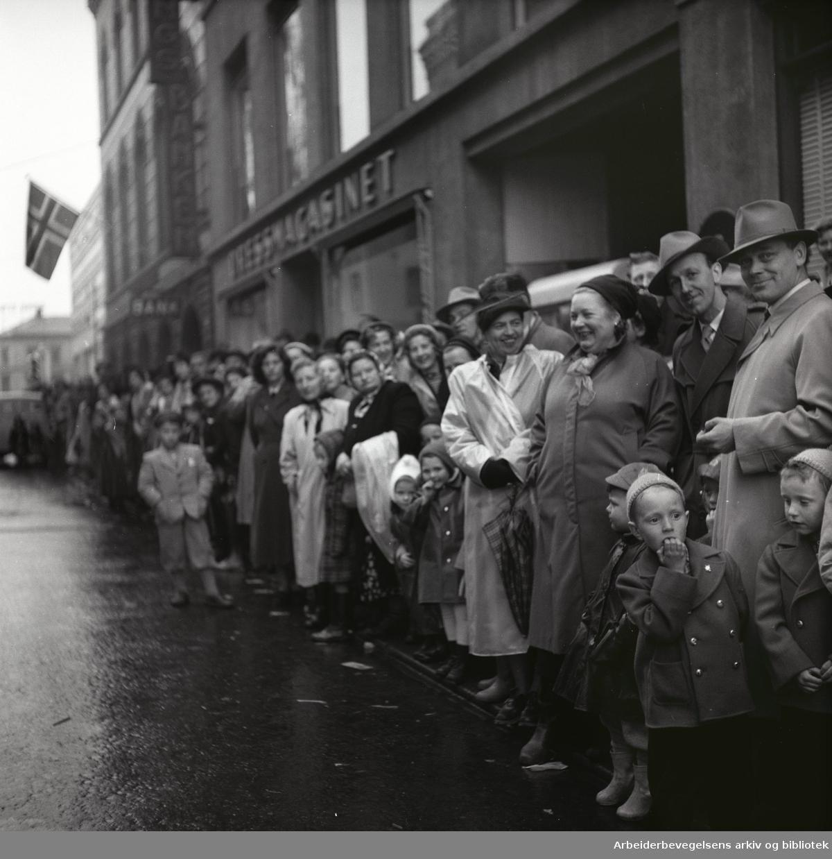 1. mai 1953 i Oslo.Barnetoget.Tilskuere.