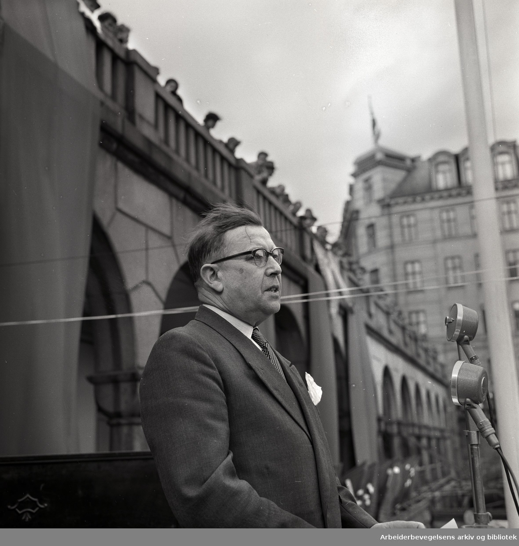 1. mai 1958, Nils Hønsvald taler på Youngstorget.