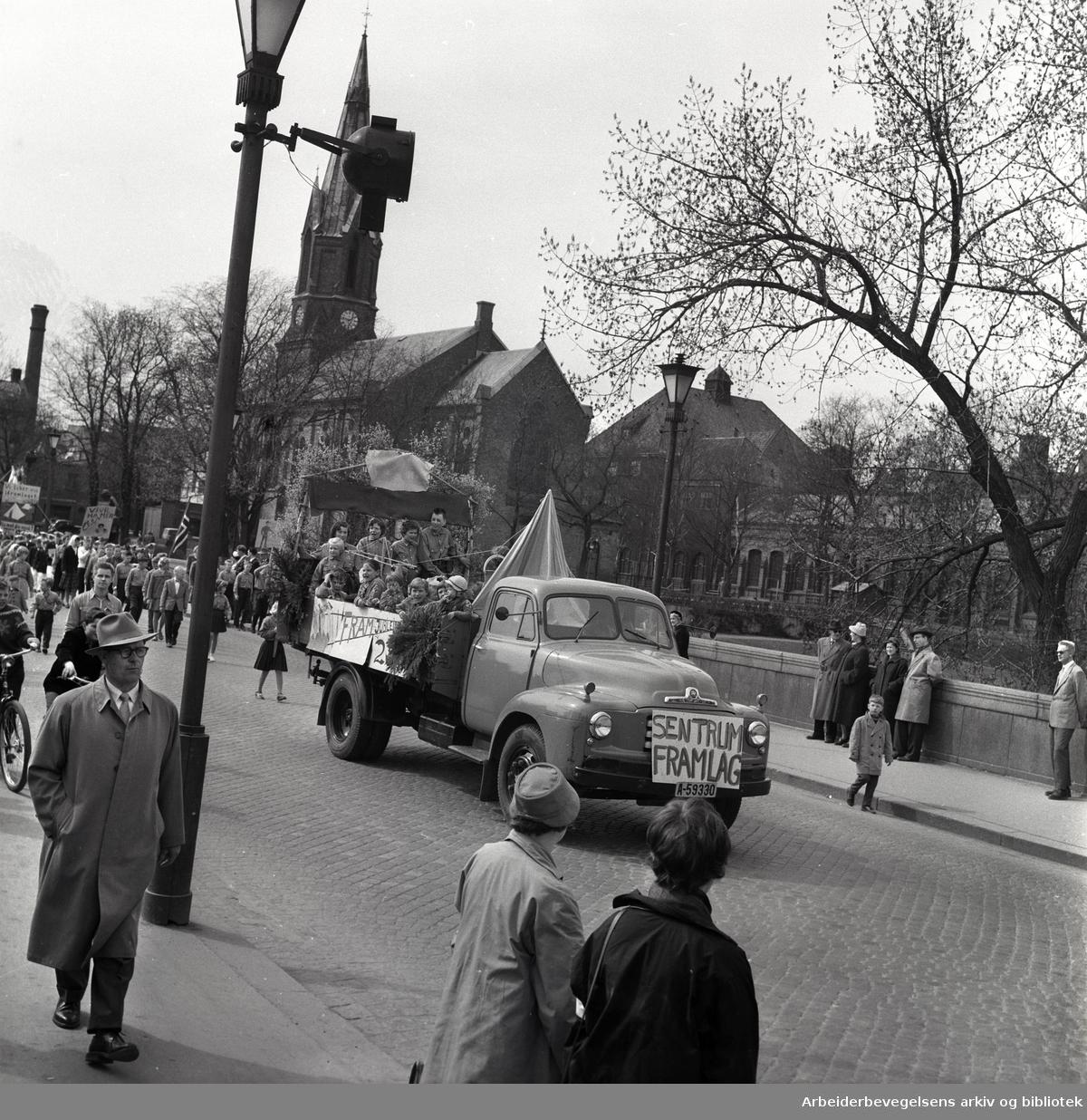 1. mai 1959 i Oslo.Framfylkingens tog over Ankerbrua..Sentrum framlag.Framfylkingen 25 år...