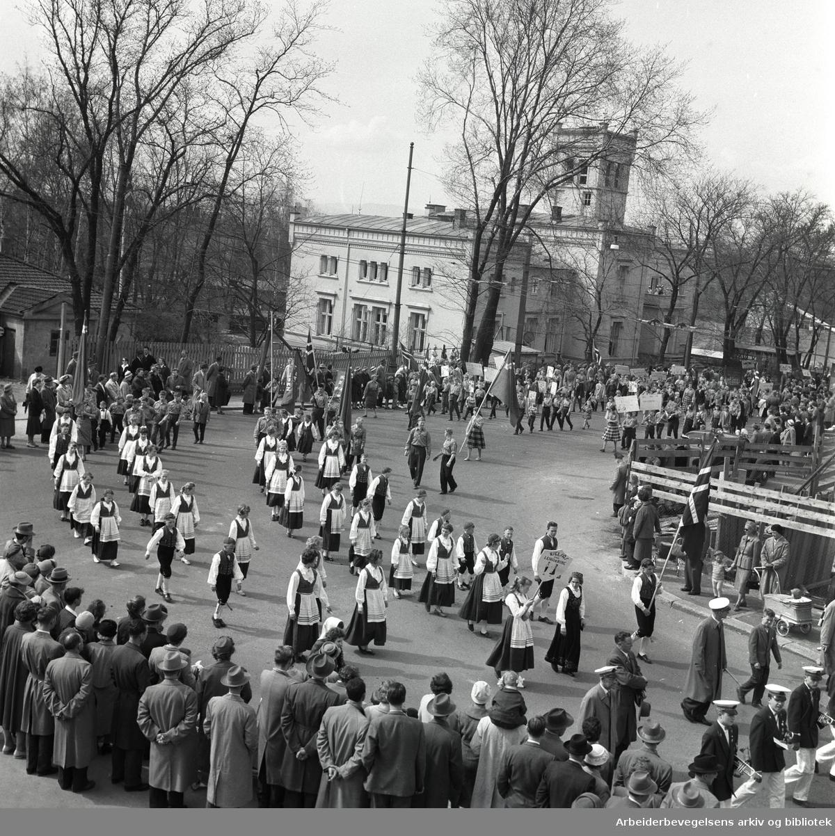 1. mai 1959 i Oslo.Framfylkingens tog forbi Spedbarnshjemmet i Åkebergveien. .Leikarringen fra Kjelsås framlag..