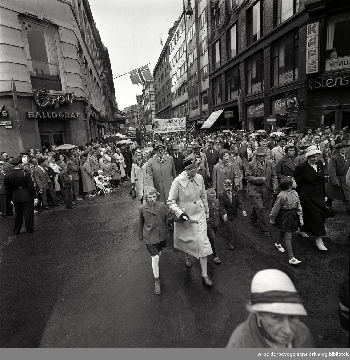 1. mai 1961 i Oslo.Demonstrasjonstoget i Torggata..Parole: Mot atomvåpen på norsk jord.For internasjonal nedrustning.