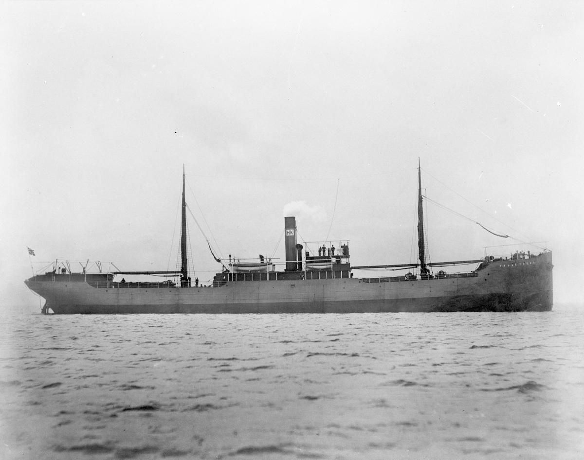 """Dampskipet D/S """"Prometheus"""" i åpent farvann. Deler av mannskapet står på dekk og nær akteret."""