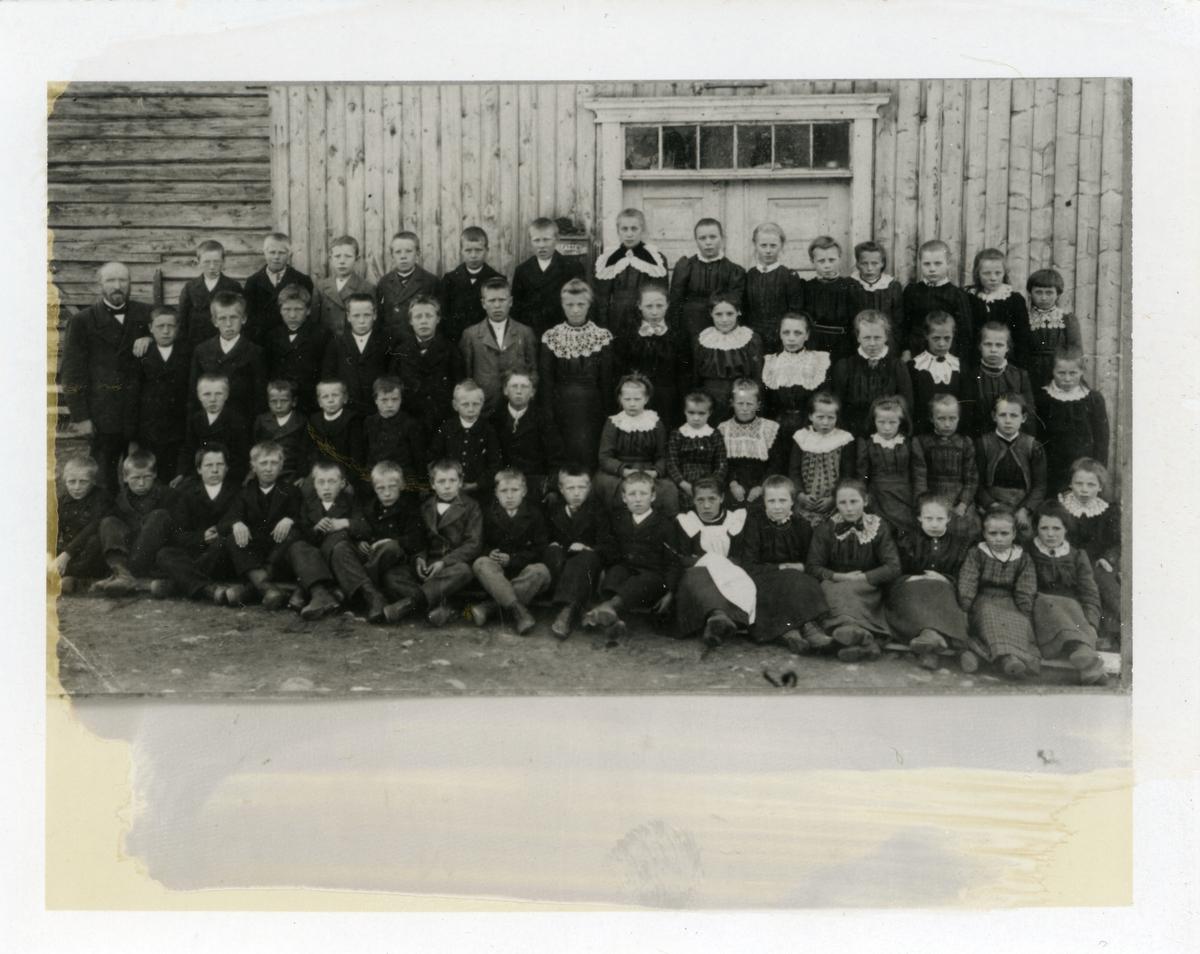 Skolebilde av elever ved Kyrkjebøen skole, Reinli i Sør-Aurdal. 1901-1902. Se vedlegget for navn på personene.