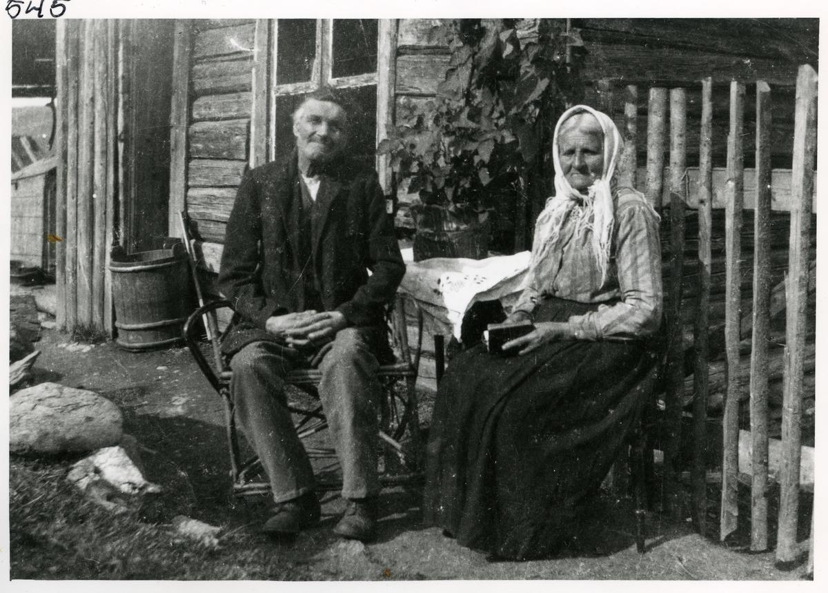 Berit Dalen, født 1855 og Eivind Dalen, født 1853. Bildet er tatt i Ulnes utenfor hjemmet deres.