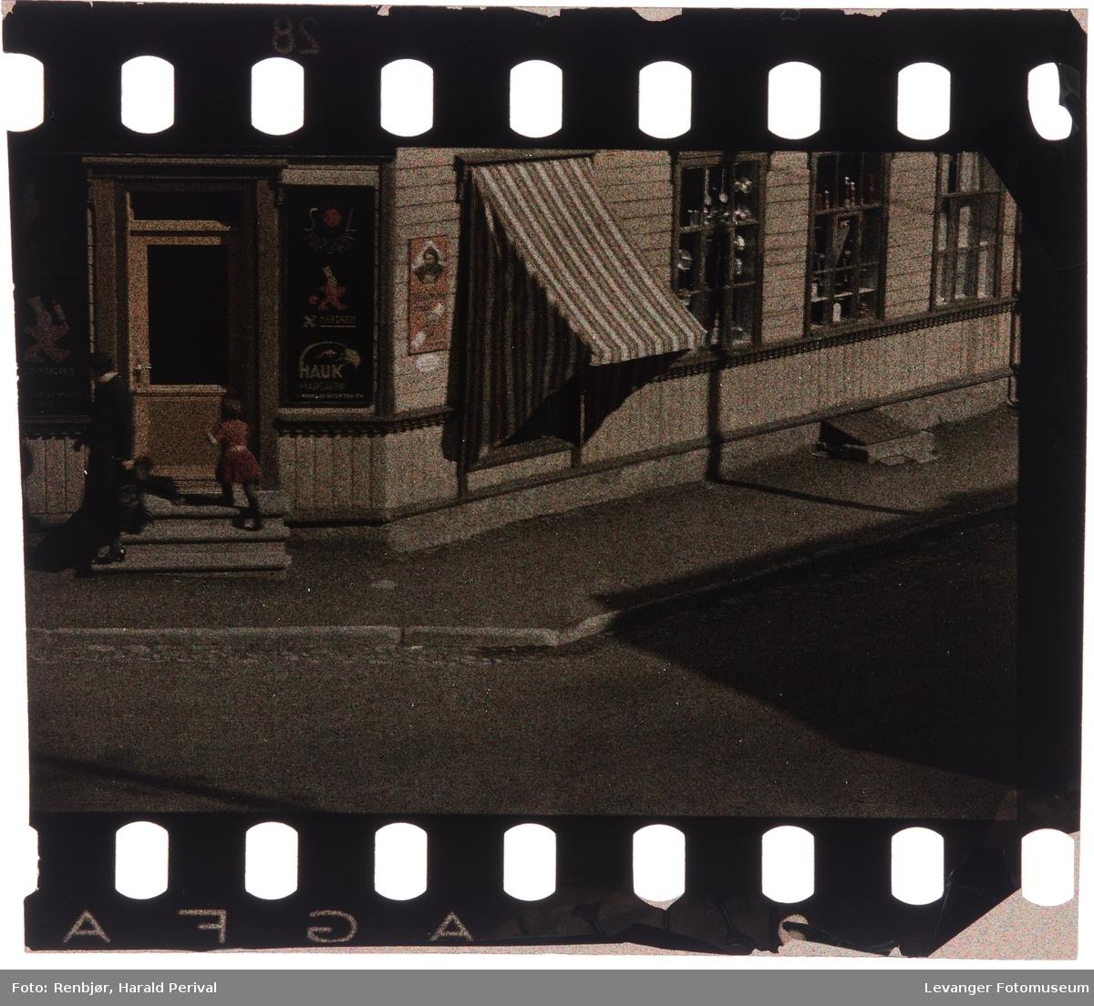 Hjørnet til butikken Sæter fotografert fra vinduet i Renbjørgården.