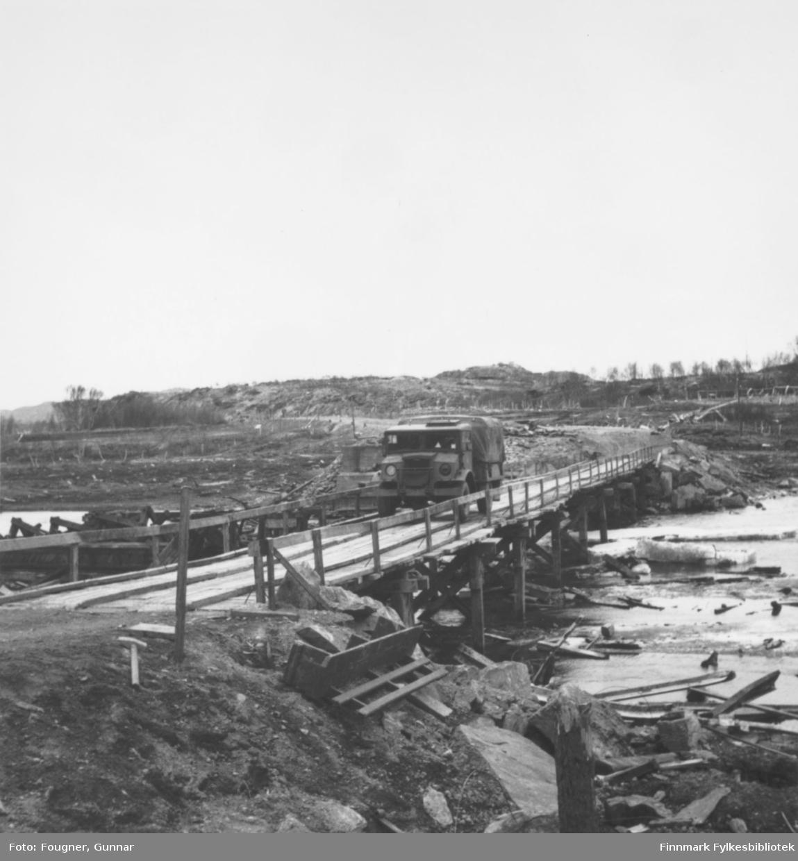 En militær lastebil, Chevrolet, kjører over en bro. Stedet er Brennelv i Porsanger.