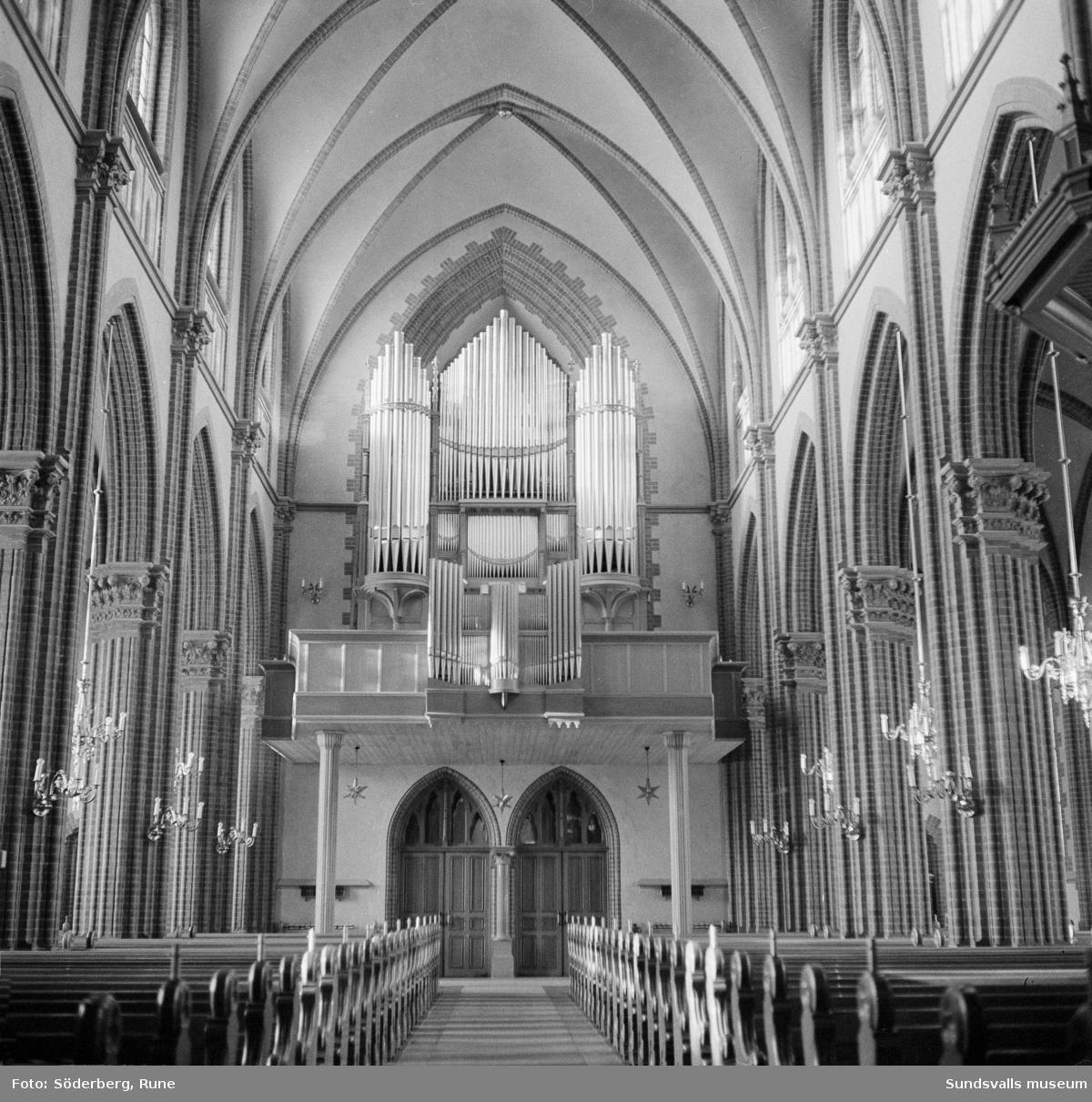 Interiör från Gustav Adolfs kyrka, Sundsvall. Mittskeppet och orgeln.