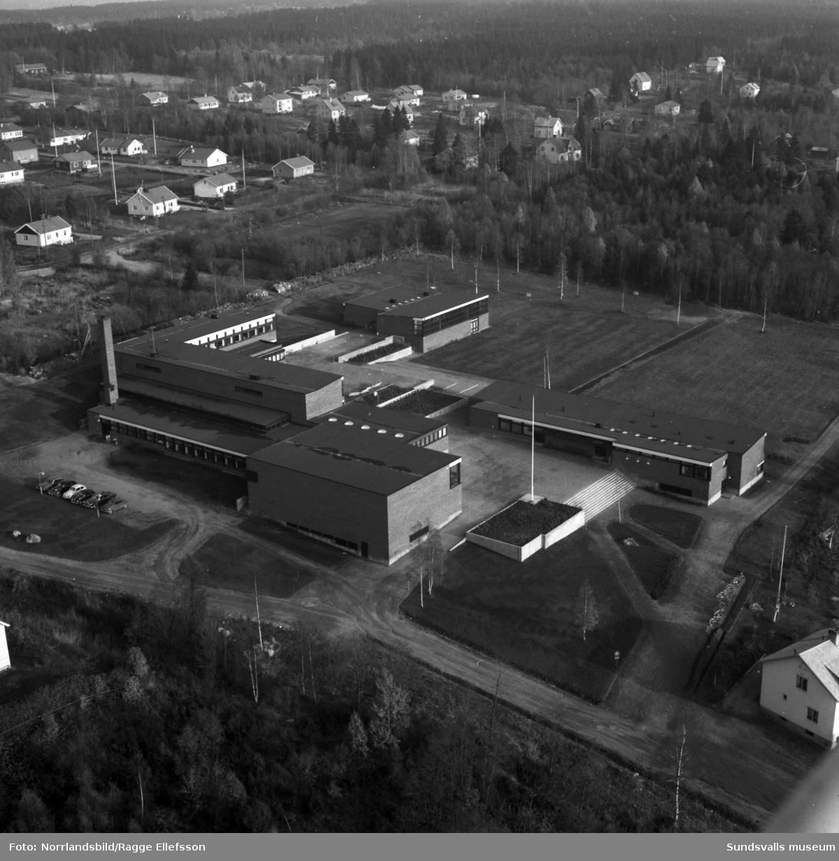 Flygfoton över Alnö nya centralskola, Vibackeskolan, samt omgivande bebyggelse.