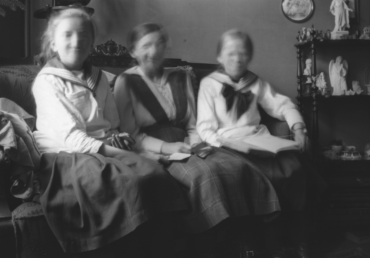 Tre av Leif Hauges slektninger fra Bergen på besøk i Vadsø. Personene er ukjente.